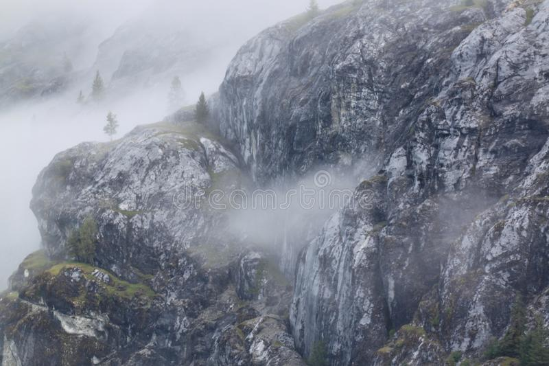 Brouillard sur les bluffs images stock