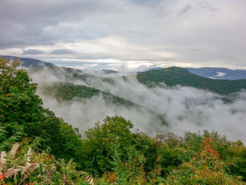 Brouillard sur Ridge Mountains North Carolina bleu image libre de droits