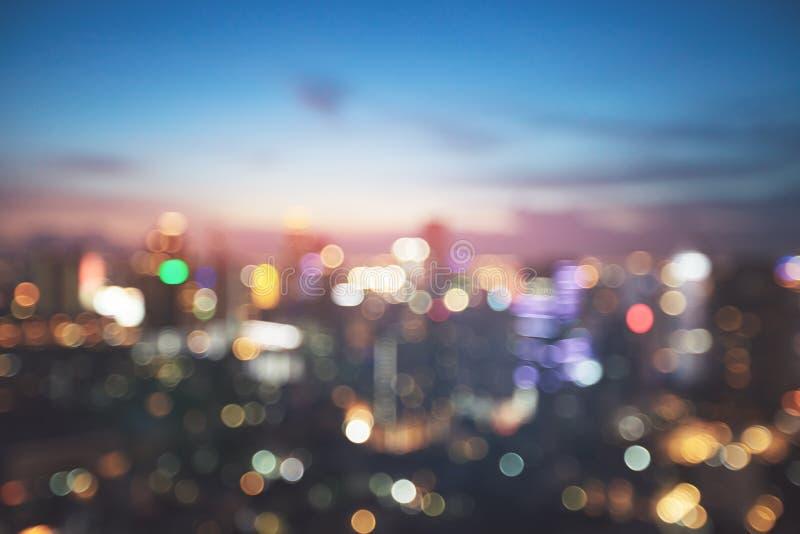 Brouillez la lumière de bokeh dans la ville sur le fond de nuit image stock