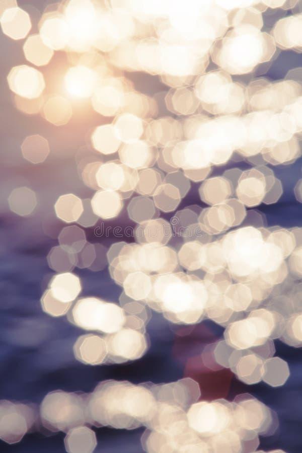 Brouillez la plage de coucher du soleil avec le fond d'abrégé sur onde lumineuse du soleil de bokeh images libres de droits