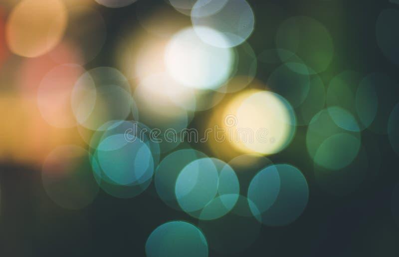 Brouillez le bokeh abstrait léger avec le fond d'arbre de Noël photographie stock libre de droits