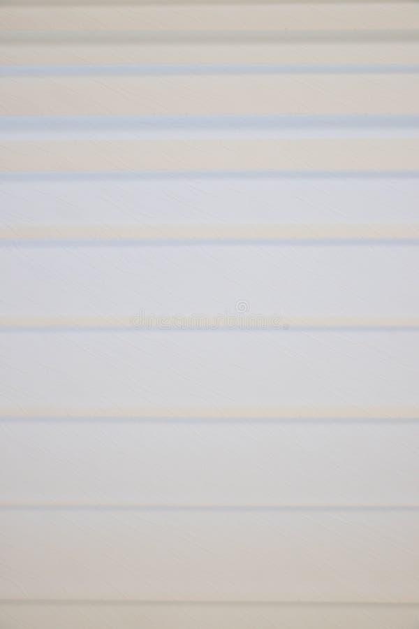 Brouillez le fond abstrait gris blanc des abat-jour de fenêtre Rideau en fenêtre en plan rapproché montrant la texture dans les n photographie stock