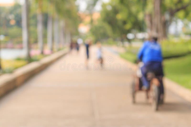Brouillez le groupe de personnes marchant sur la rue de ville photos libres de droits