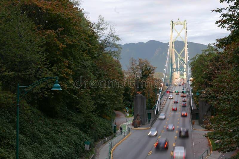 Brouillez le mouvement de la conduite sur le pont en porte de lions chez Stanley Park image stock