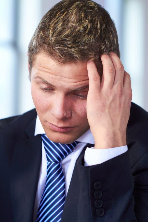 Brouillon inquiété et chargé d'homme d'affaires sa tête photo libre de droits