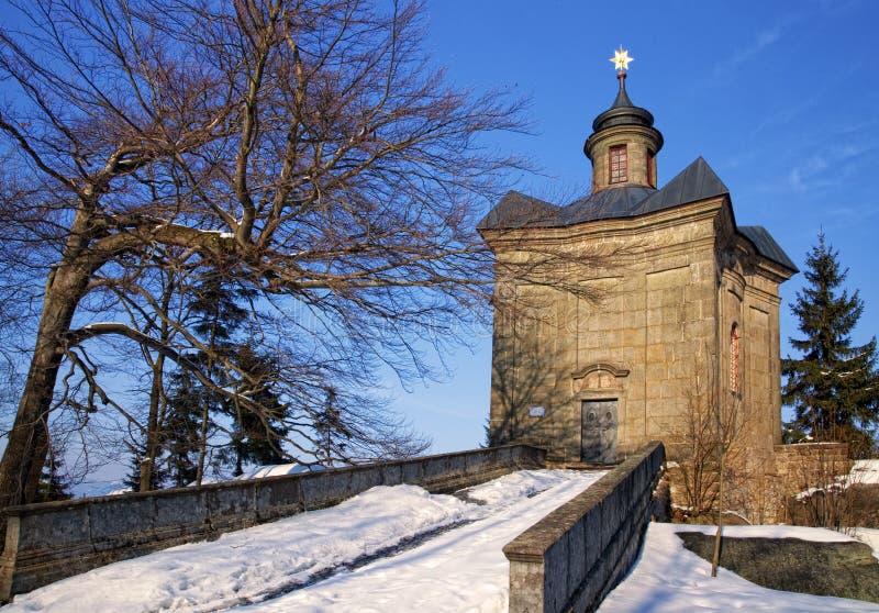 BROUMOV, ЧЕХИЯ - 9-ОЕ МАРТА 2010: Часовня звезды в холмах над городком Broumov стоковое изображение rf