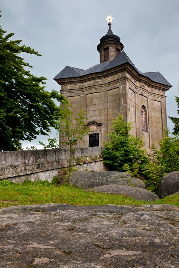 BROUMOV, republika czech - MAJ 28, 2009: The Star kaplica w wzgórzach nad miasteczko Broumov obraz stock