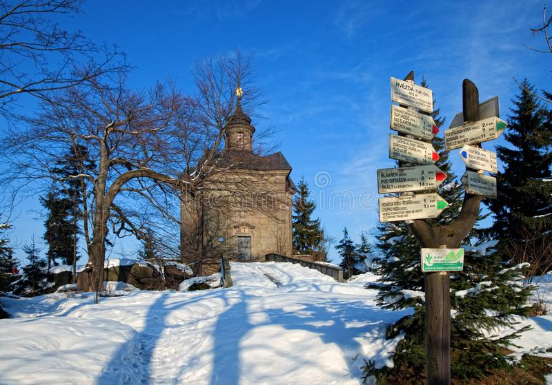 BROUMOV, republika czech - MARZEC 9, 2010: The Star kaplica w wzgórzach nad miasteczko Broumov obraz stock
