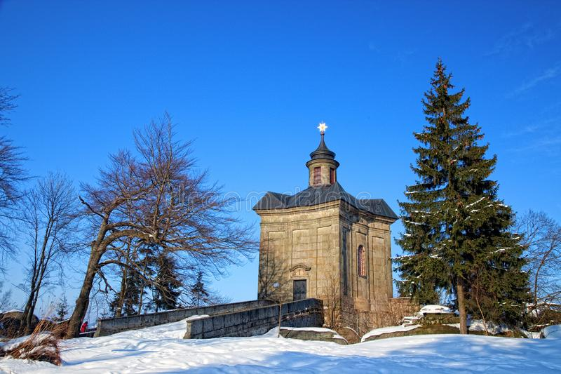 BROUMOV, republika czech - MARZEC 9, 2010: The Star kaplica w wzgórzach nad miasteczko Broumov obraz royalty free
