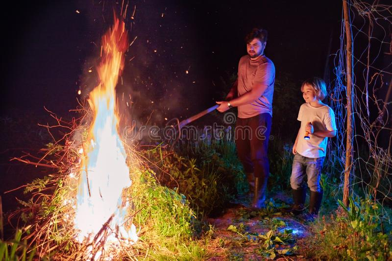 Broussaille brûlante de famille sur le feu, nettoyage saisonnier du secteur de campagne, mode de vie de village images stock