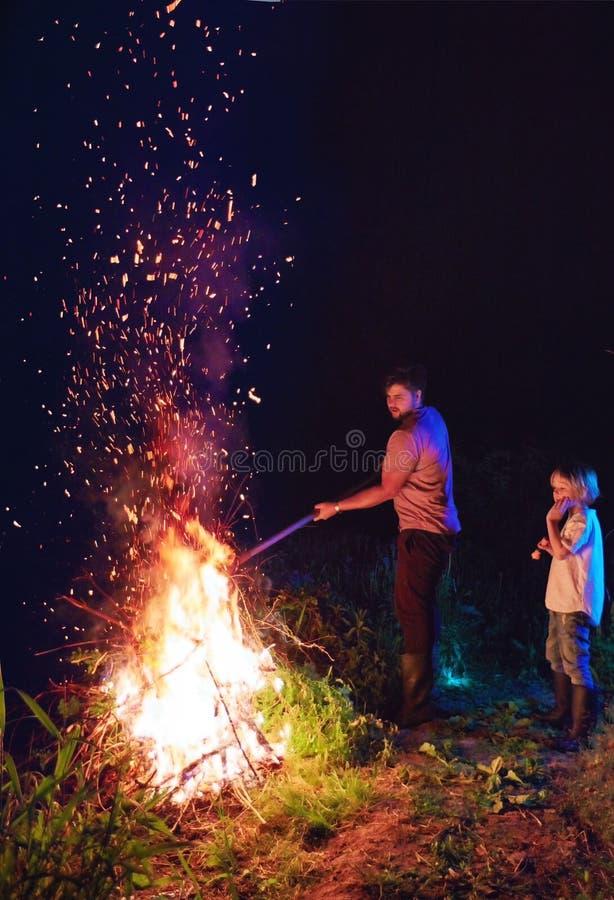 Broussaille brûlante de famille sur le feu, nettoyage saisonnier du secteur de campagne, mode de vie de village photo libre de droits