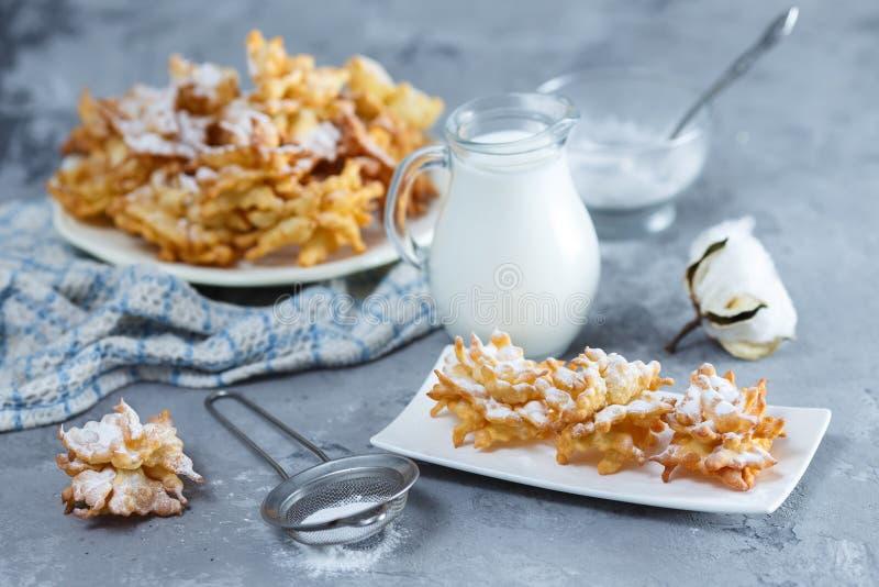 Broussaille de biscuits avec du sucre en poudre et la cruche de lait images stock