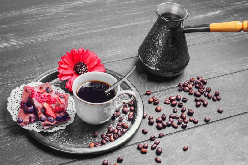 Brouwende koffie en twee stukken koekjes royalty-vrije stock fotografie