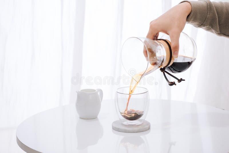 Brouwende nel druppelkoffie Geleidelijke het koken instructies De koffie is klaar Barista die gebrouwen koffie in de kop gieten stock fotografie