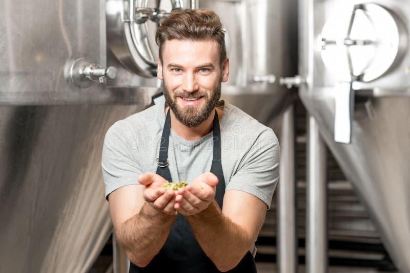 Brouwer bij de bier productie stock fotografie