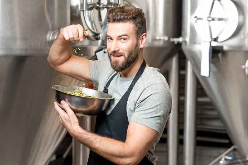 Brouwer bij de bier productie royalty-vrije stock afbeeldingen