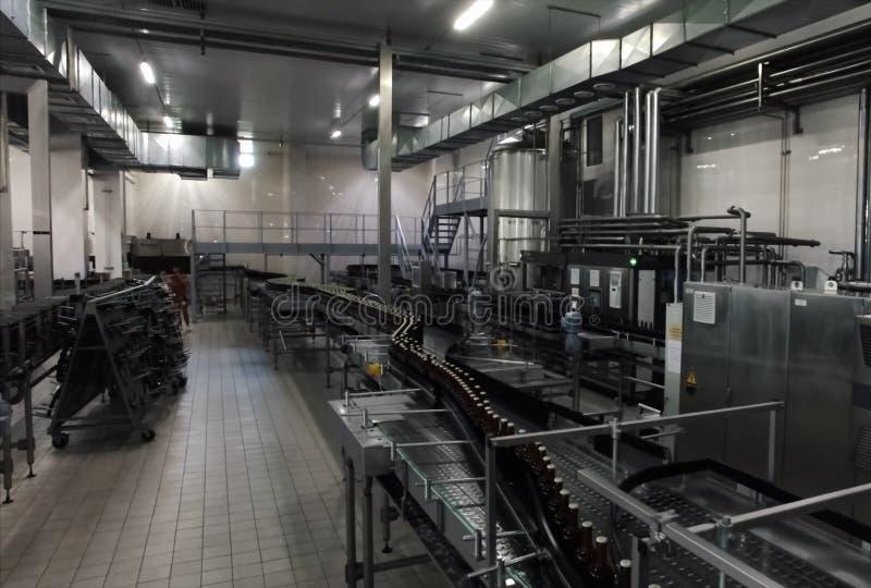 Brouwerij, het bottelen en flessenoverdracht stock foto