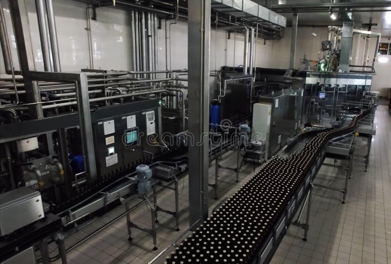 Brouwerij, het bottelen en flessenoverdracht royalty-vrije stock fotografie