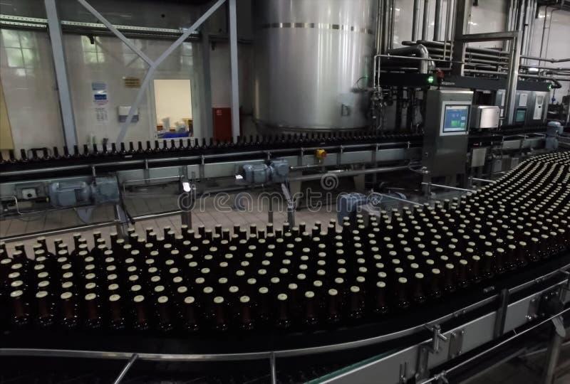 Brouwerij, het bottelen en flessenoverdracht stock afbeeldingen