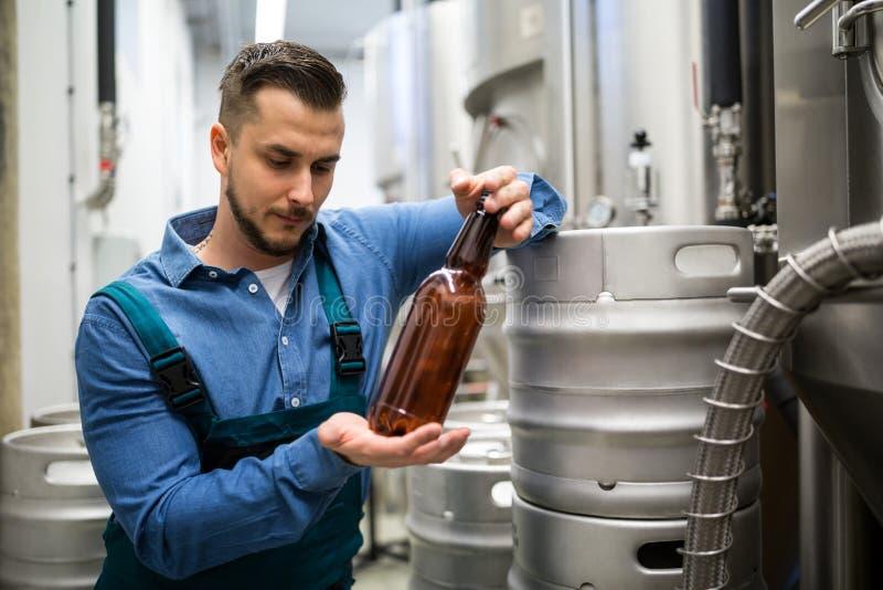 Brouwerij het testen bierfles stock afbeelding