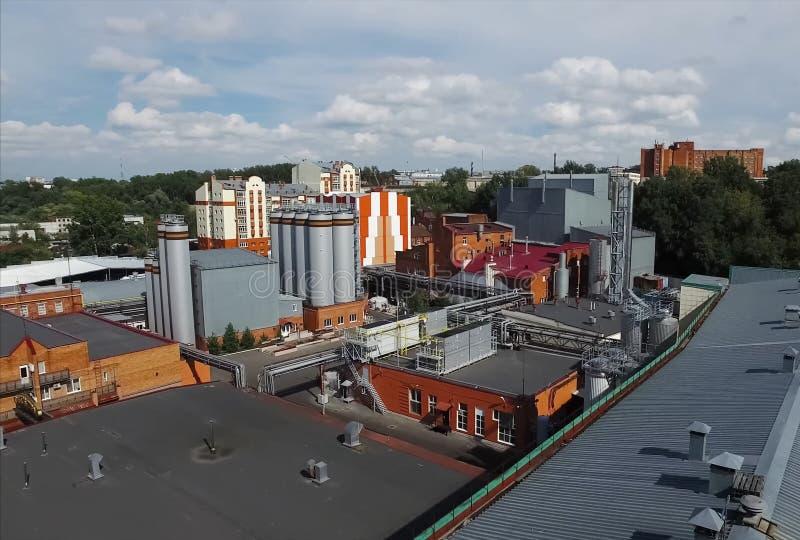 Brouwerij, vaten en reservoirs van fabriek buiten mening stock afbeelding