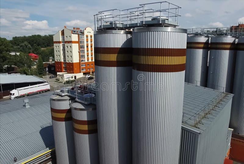 Brouwerij, vaten en reservoirs van fabriek buiten mening royalty-vrije stock fotografie