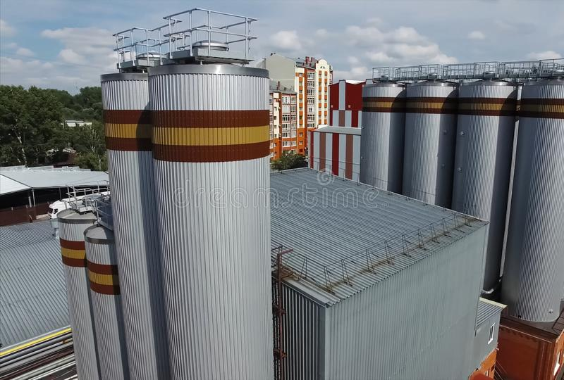 Brouwerij, vaten en reservoirs van fabriek buiten mening stock foto's