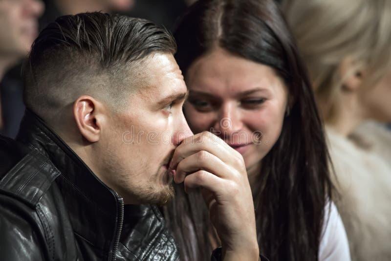Brovary Украина, 14 11 2015 чемпион cruiserweight WBO, Usyk сидит как зритель около женщины стоковые изображения rf
