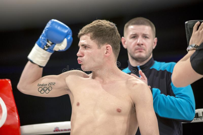 Brovary Ucrania, 14 11 2015 Berinchyk, campeón ucraniano del boxeo, se coloca con la mano aumentada para arriba en guante de boxe imagen de archivo