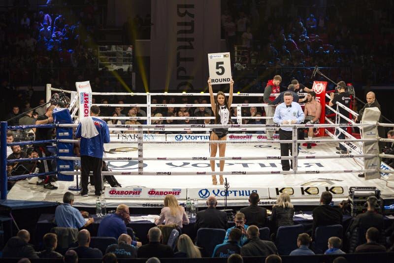 Brovary Ucrania, 14 11 La muchacha de 2015 anillos, reffere está en el centro, los boxeadores está en las esquinas dentro del rin fotografía de archivo