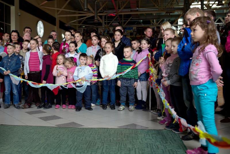 Brovary ukraine De Terminal van het vermaakcentrum 25 04 2015 De menigte van de kinderen kijkt de prestaties stock foto's