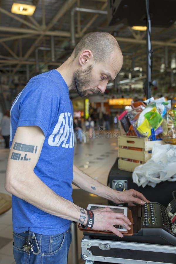 Brovary ukraine 25 04 discjockeyn 2015 trimmar musikkontrollbordet royaltyfria bilder