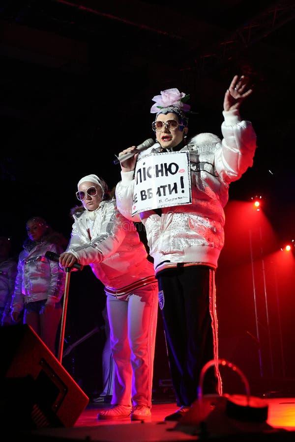 Brovary, Ukraine, 30 03 2007 un chanteur ukrainien célèbre Verka Serduchka de bruit et de danse sur son concert photos stock