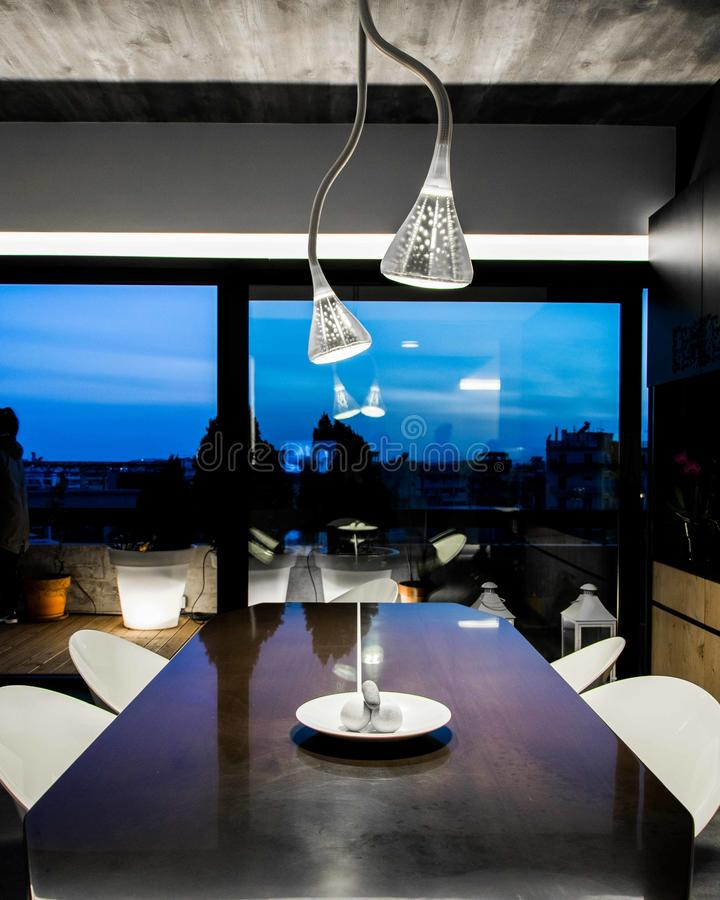 Brown-Abendtisch mit schöner Ansicht lizenzfreie stockfotos