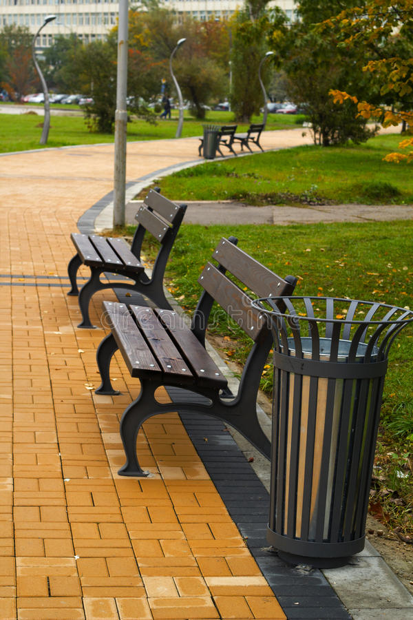 Brown-Bänke im Park lizenzfreie stockfotografie