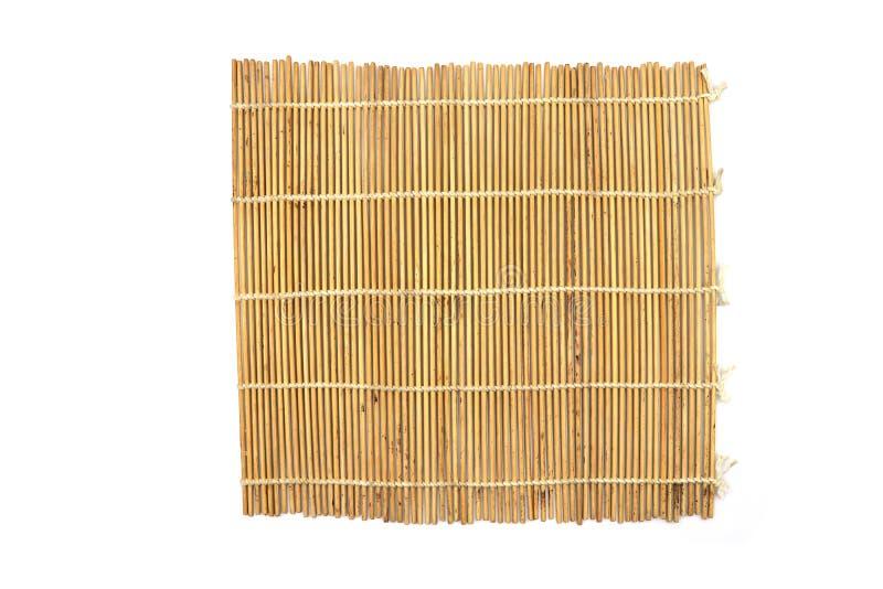 Brown-Bambusmatte, Bambussushi-Rollen lokalisiert auf weißem Hintergrund lizenzfreie stockbilder