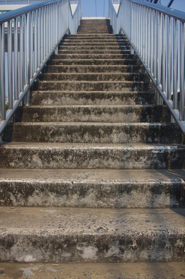 Brown betonuje schodki z stal nierdzewna poręczami, błyszczący kolory obrazy stock