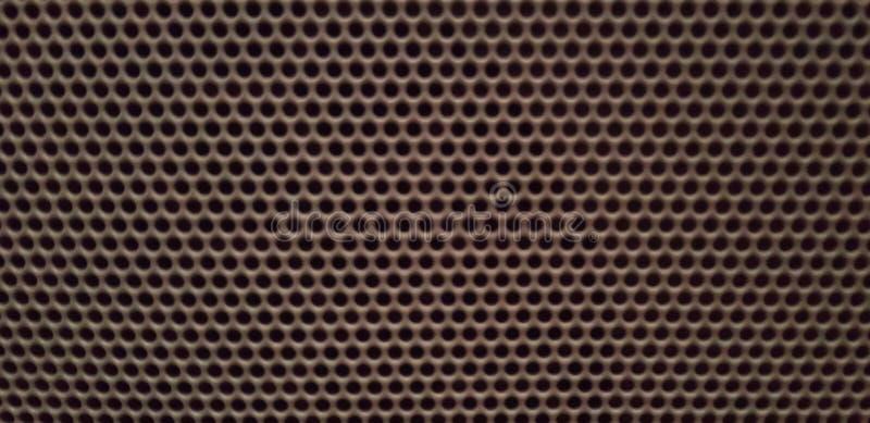 Brown-Bienenwaben-Muster-Hintergrund - Audiosprecher-Metallgitter mit kleinen Löchern - Draufsicht lizenzfreie stockfotografie