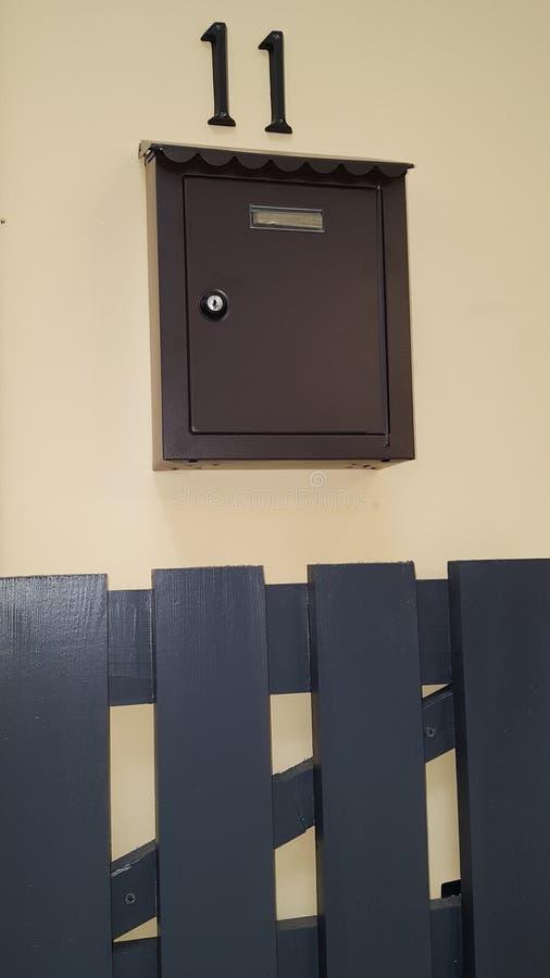 Brown-Briefkasten und -tor außerhalb des Hauses stockbild