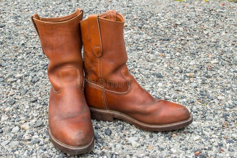 Brown buty na małym kamiennym tle zdjęcia stock