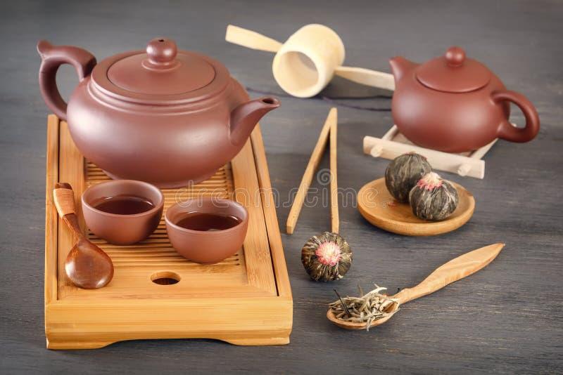 Brown ceramiczne filiżanki z teapot na specjalnej drewnianej herbacianej tacy przygotowywali dla tradycyjnego Azjatyckiego herbac fotografia stock