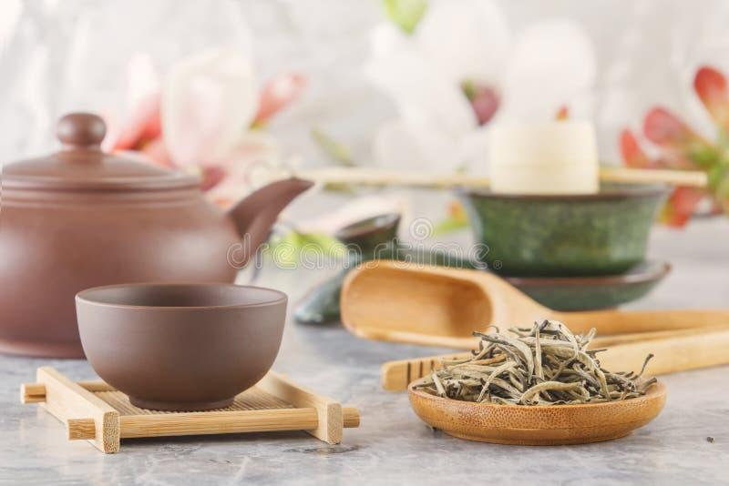 Brown ceramiczny teapot z filiżankami na specjalnych drewnianych kabotażowach przygotowywa dla herbacianej ceremonii obrazy stock