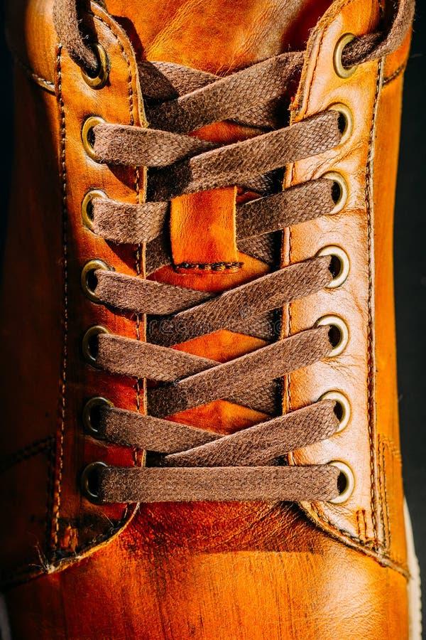Brown cobre o fim atado s da bota do ` do homem acima foto de stock