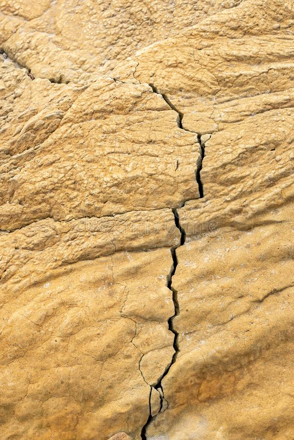 Brown corroeu a textura da rocha com falha foto de stock