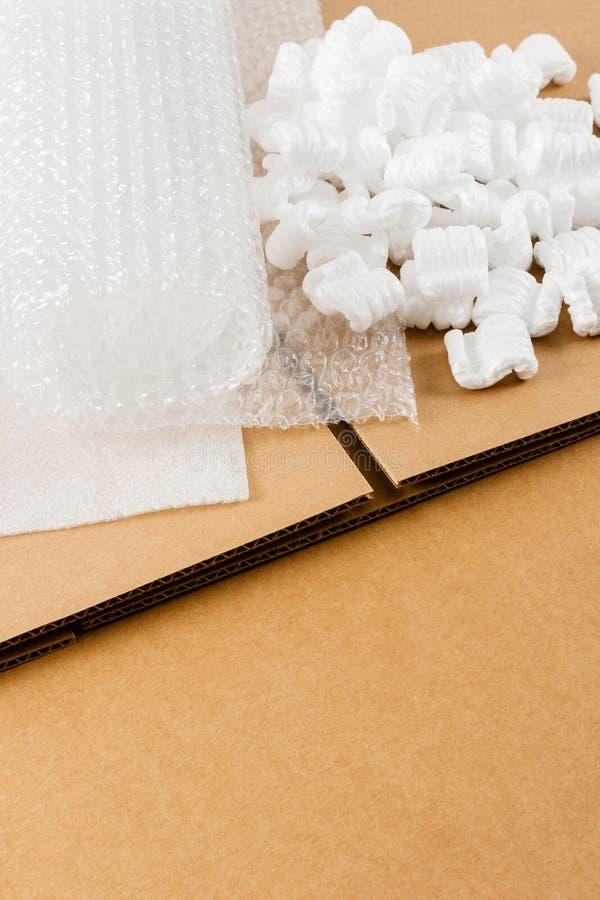 Brown corruga a caixa com fontes da embalagem foto de stock