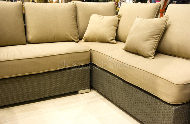 Brown-Couch mit Kissen lizenzfreies stockfoto