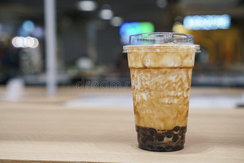 Brown cukieru świeży mleko z bąblem na drewnianym stole obraz royalty free