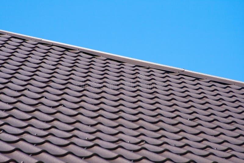 Download Brown-Dach Der Metalldeckung Auf Dem Himmelhintergrund Stockfoto - Bild von form, platz: 90229416