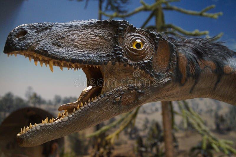 Brown dinosaur Obok Zielonego drzewa obraz royalty free