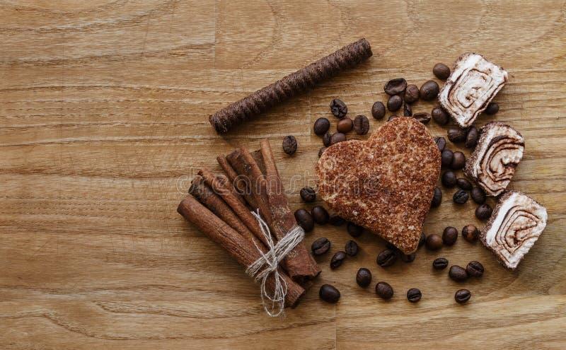 Brown drewnianego panelu kawowej fasoli i tureckiego zachwyta cynamonowego ciastka kija drewna czekoladowa tekstura obraz stock